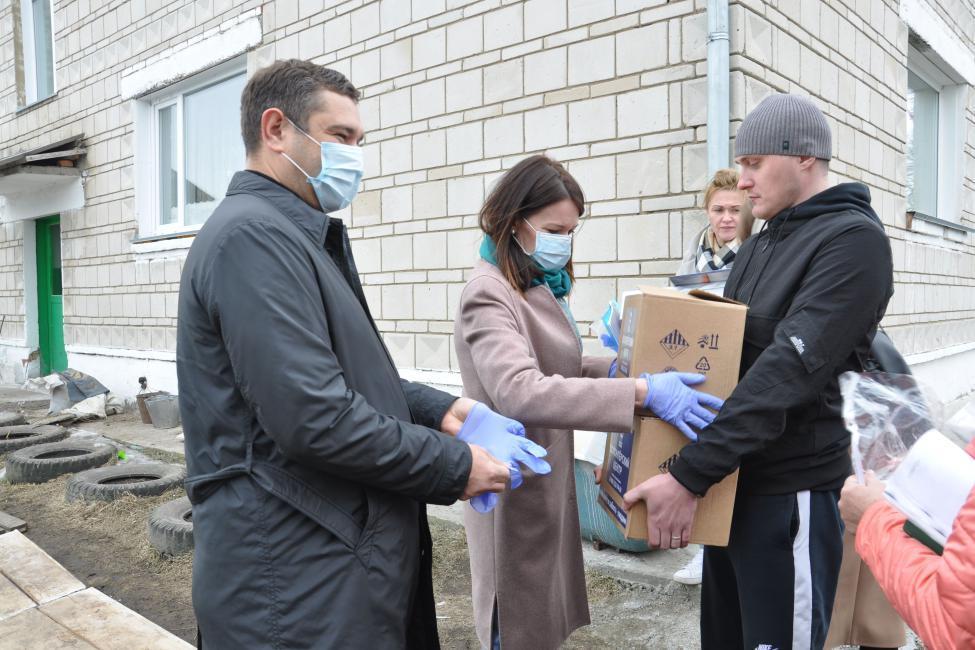 Фото Депутаты Заксобрания передали волонтёрам мобильную приёмную 2