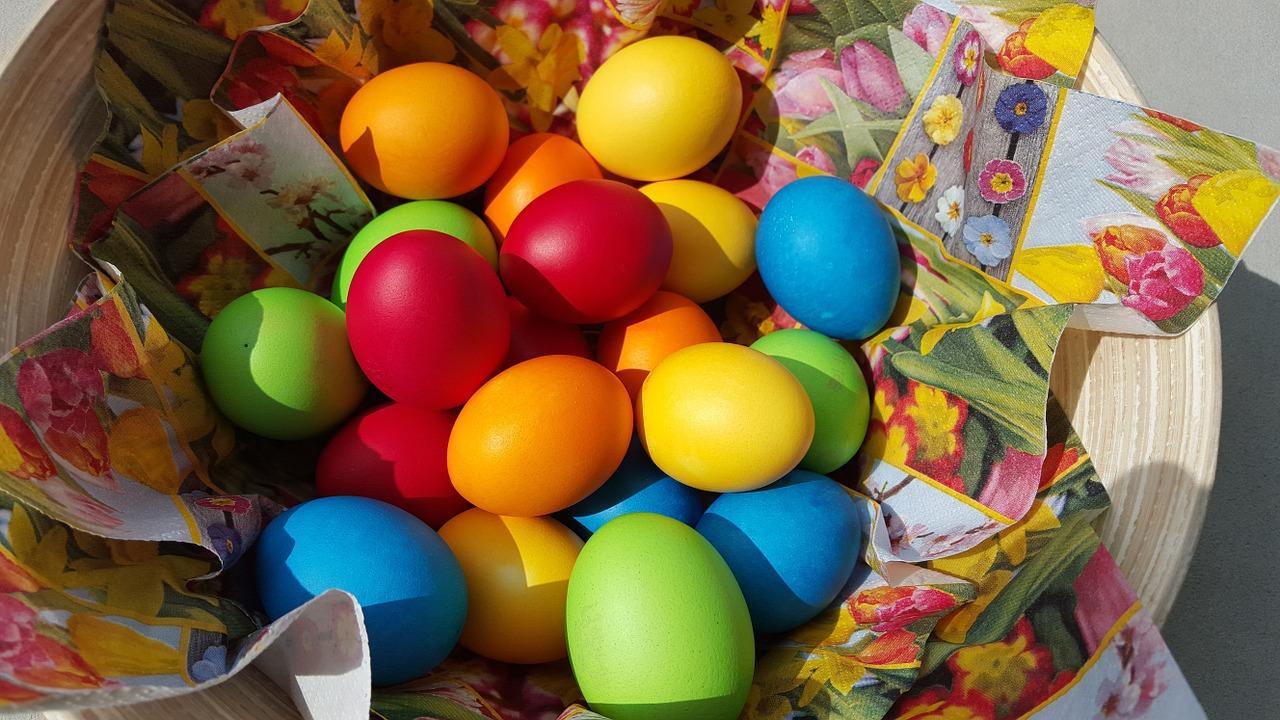 фото Нитями, рисом, зелёнкой: оригинальные способы покрасить яйца на Пасху 2