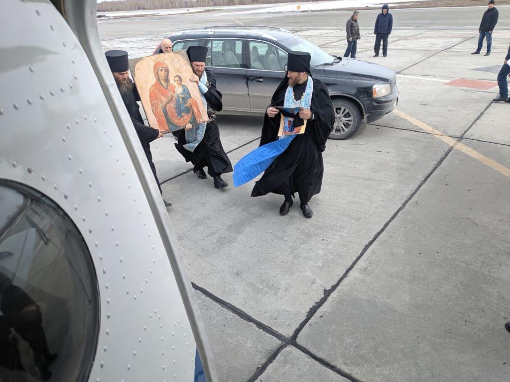 фото Крестный ход против коронавируса: новосибирские священники пролетели над городом с иконами 2