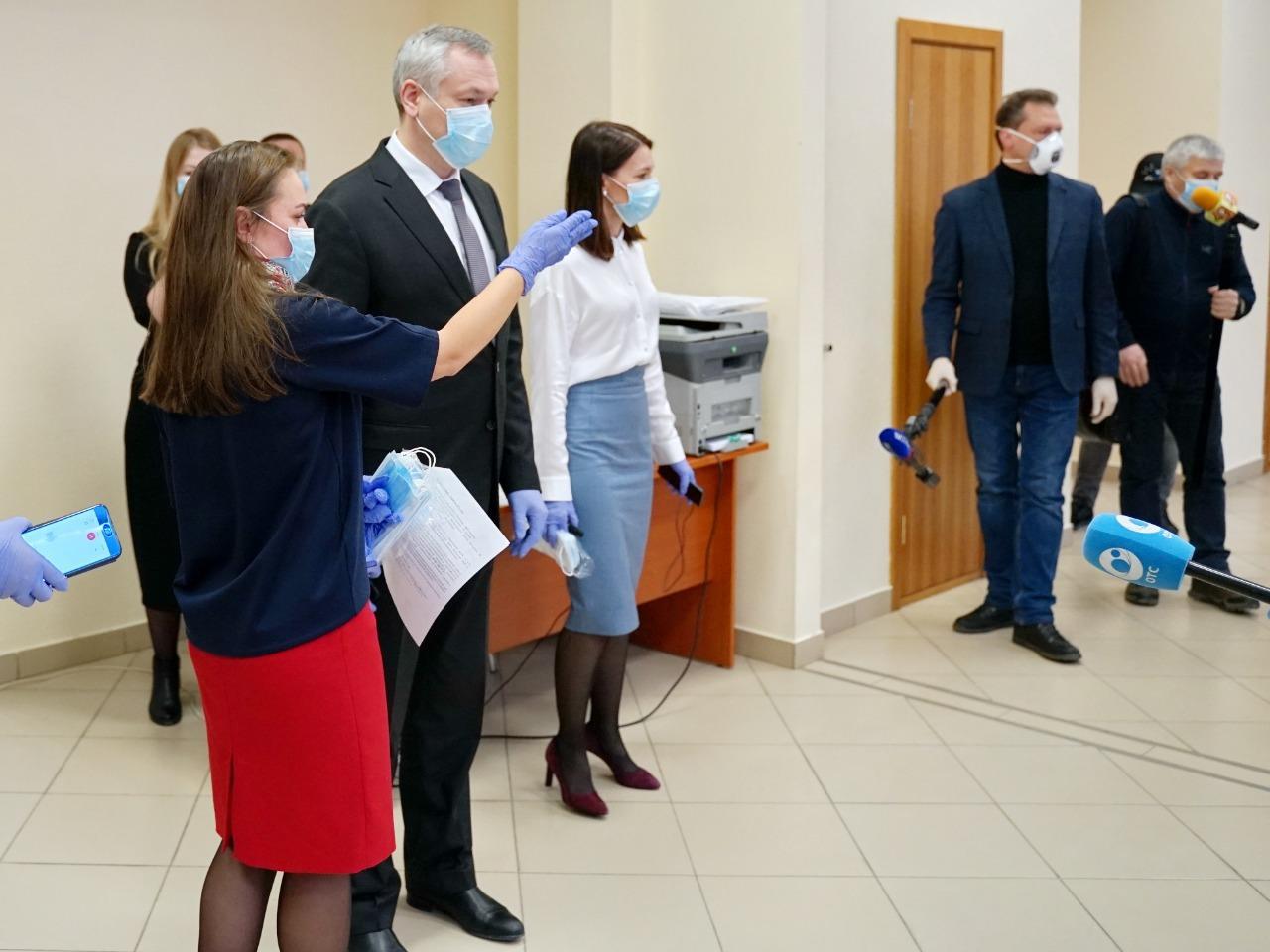Фото Андрей Травников стал на время добровольцем и лично позвонил получившей помощь пенсионерке 4