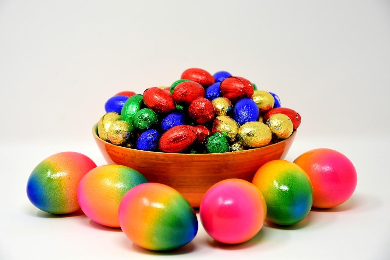 фото Нитями, рисом, зелёнкой: оригинальные способы покрасить яйца на Пасху