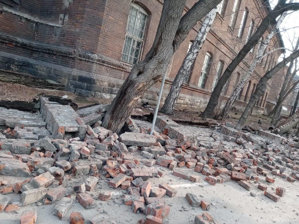 фото Забор психбольницы рухнул на тротуар в Новосибирске 3
