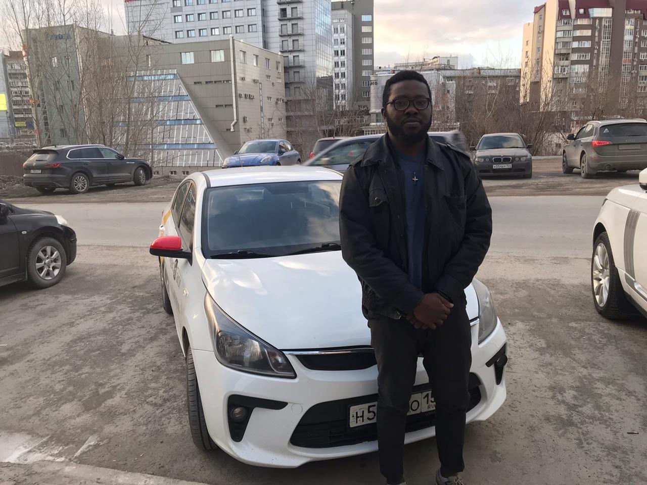 фото «Дома у меня был личный водитель»: почему состоятельный молодой нигериец приехал в Новосибирск и работает здесь таксистом 6