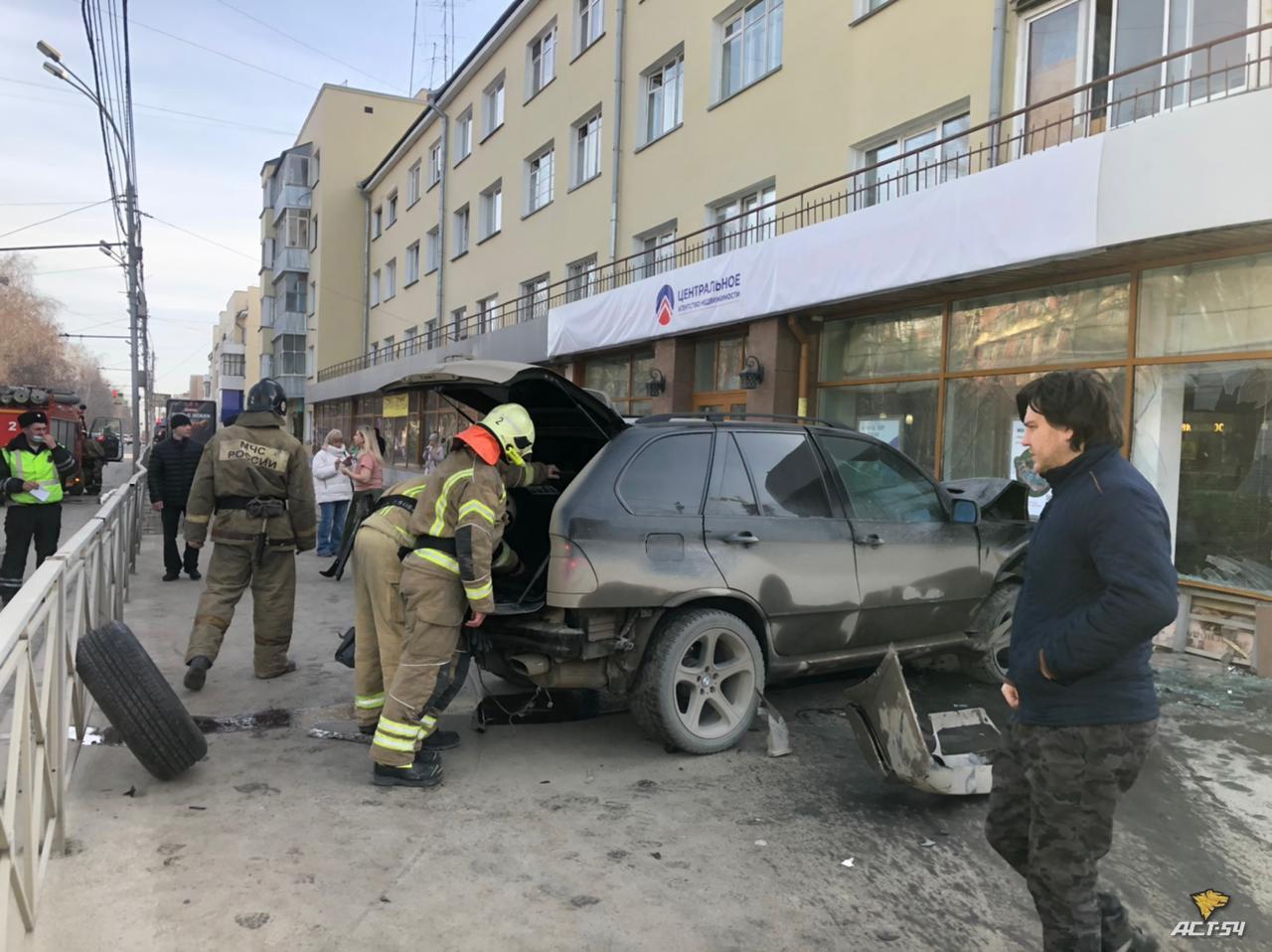 фото BMW X5 сбил пешеходов и врезался в здание в центре Новосибирска 3