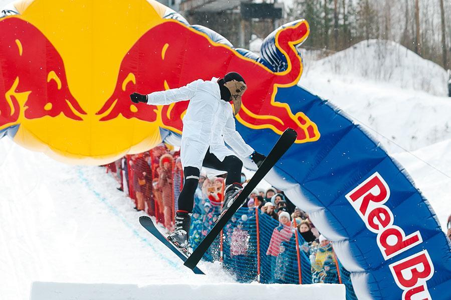 фото Лыжники и сноубордисты закрыли сезон – с горы в бассейн упало около сотни человек в карнавальных костюмах 17