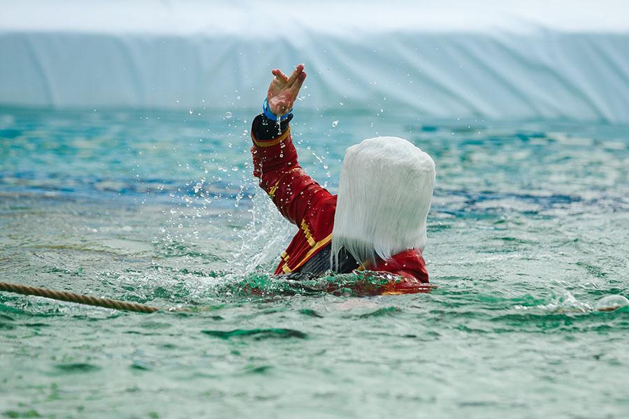 фото Лыжники и сноубордисты закрыли сезон – с горы в бассейн упало около сотни человек в карнавальных костюмах 18