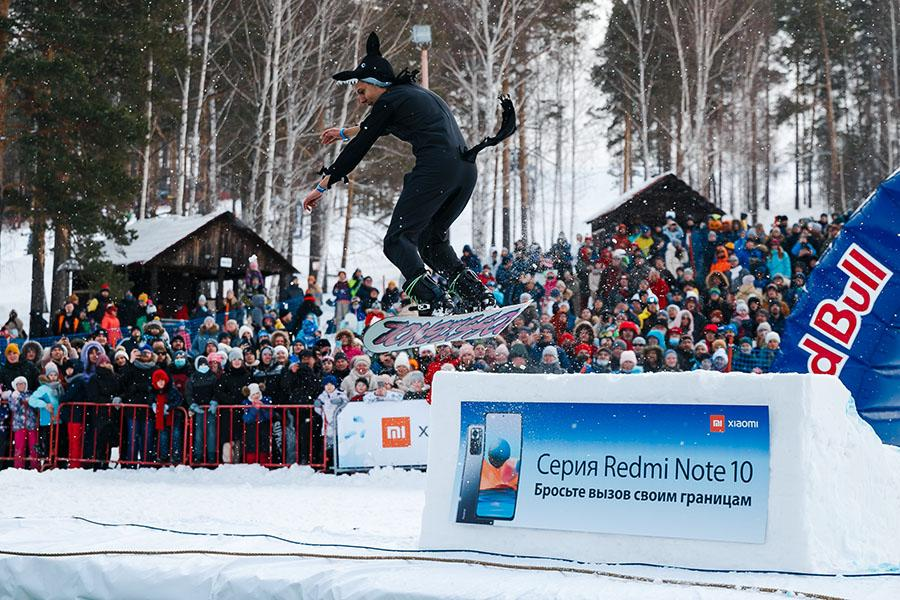 фото Лыжники и сноубордисты закрыли сезон – с горы в бассейн упало около сотни человек в карнавальных костюмах 19