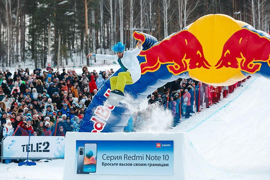 фото Лыжники и сноубордисты закрыли сезон – с горы в бассейн упало около сотни человек в карнавальных костюмах 21