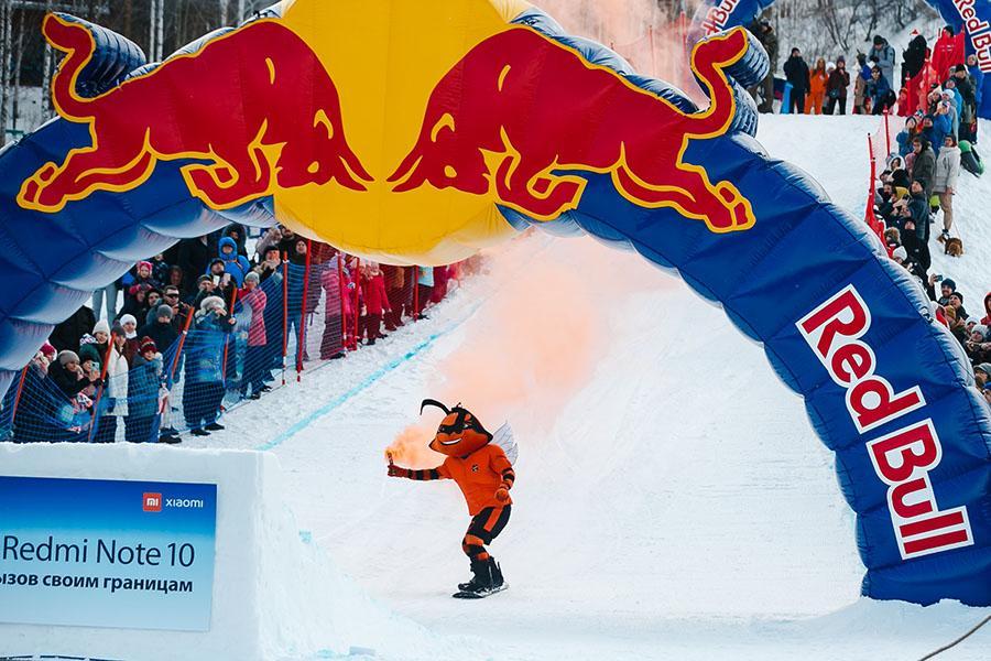 фото Лыжники и сноубордисты закрыли сезон – с горы в бассейн упало около сотни человек в карнавальных костюмах 24