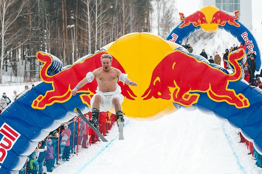 фото Лыжники и сноубордисты закрыли сезон – с горы в бассейн упало около сотни человек в карнавальных костюмах 25