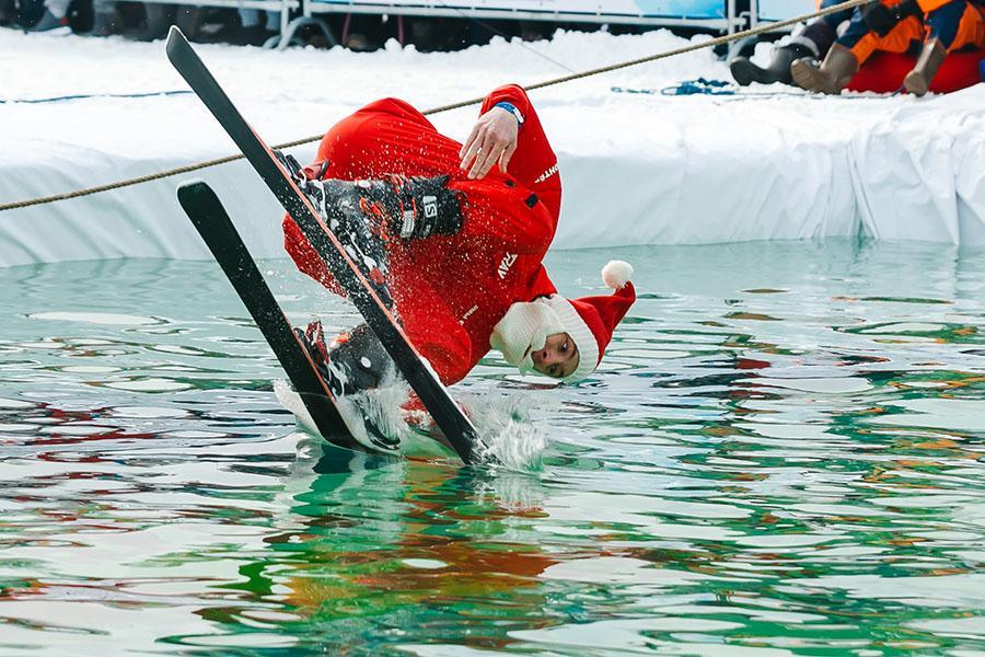 фото Лыжники и сноубордисты закрыли сезон – с горы в бассейн упало около сотни человек в карнавальных костюмах 26