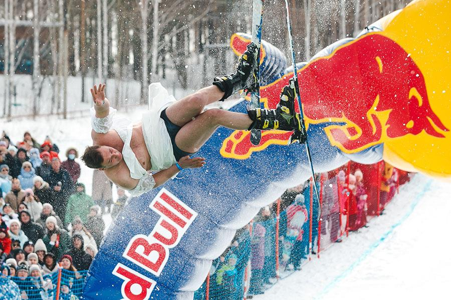 фото Лыжники и сноубордисты закрыли сезон – с горы в бассейн упало около сотни человек в карнавальных костюмах 27
