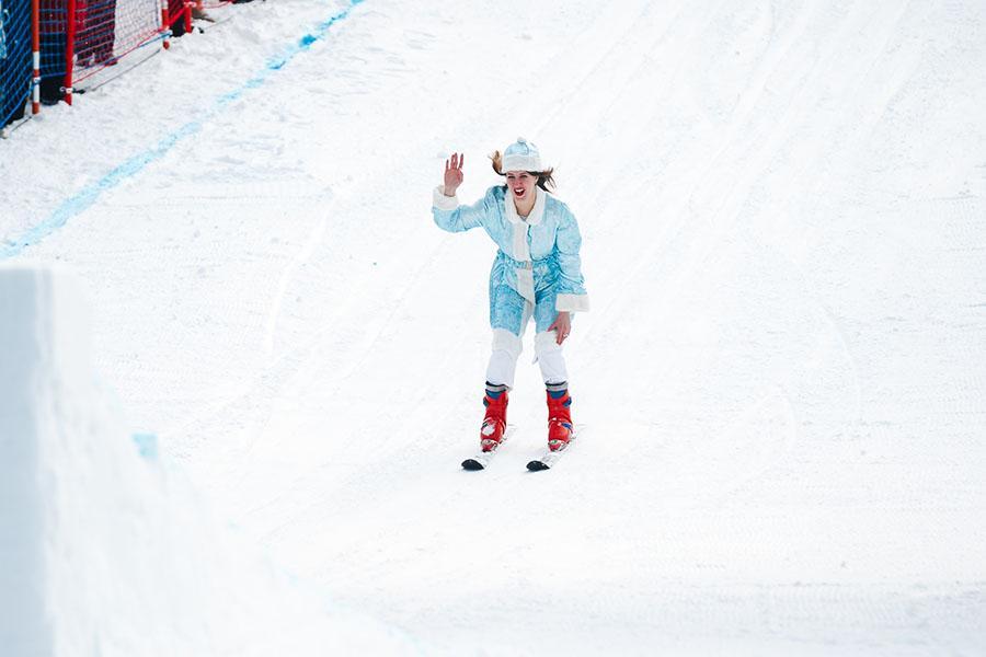 фото Лыжники и сноубордисты закрыли сезон – с горы в бассейн упало около сотни человек в карнавальных костюмах 28