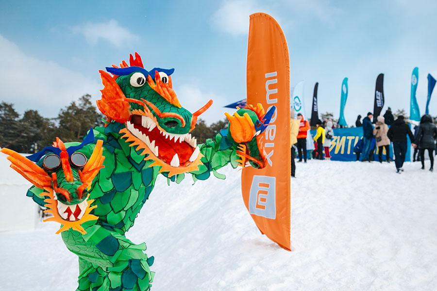 фото Лыжники и сноубордисты закрыли сезон – с горы в бассейн упало около сотни человек в карнавальных костюмах 29