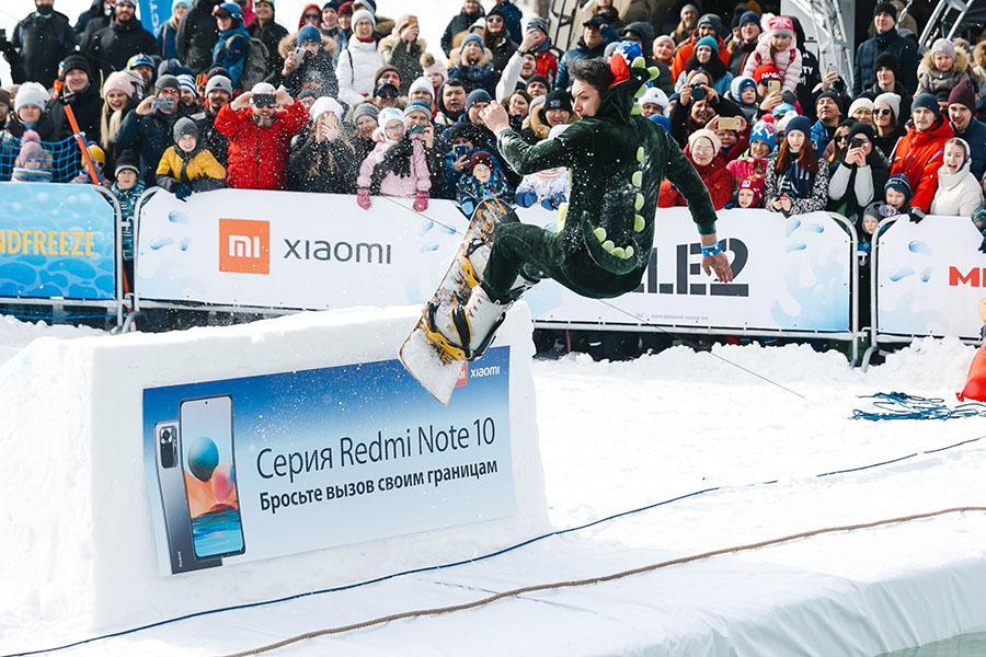 фото Лыжники и сноубордисты закрыли сезон – с горы в бассейн упало около сотни человек в карнавальных костюмах 31