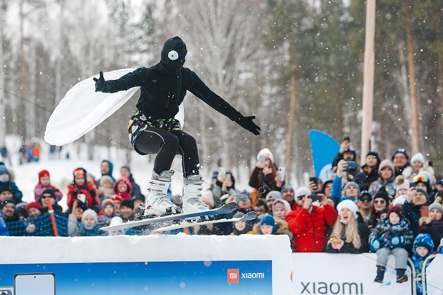 фото Лыжники и сноубордисты закрыли сезон – с горы в бассейн упало около сотни человек в карнавальных костюмах 32