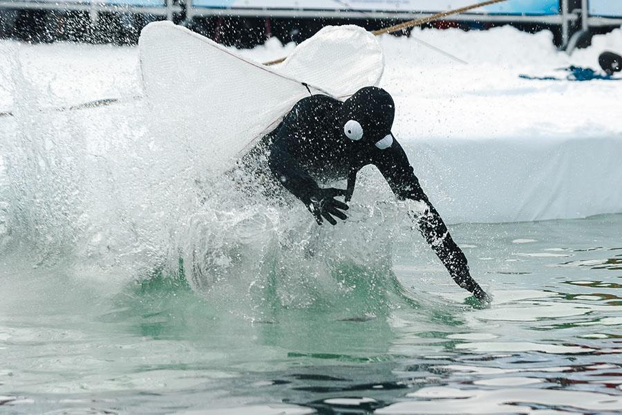 фото Лыжники и сноубордисты закрыли сезон – с горы в бассейн упало около сотни человек в карнавальных костюмах 33