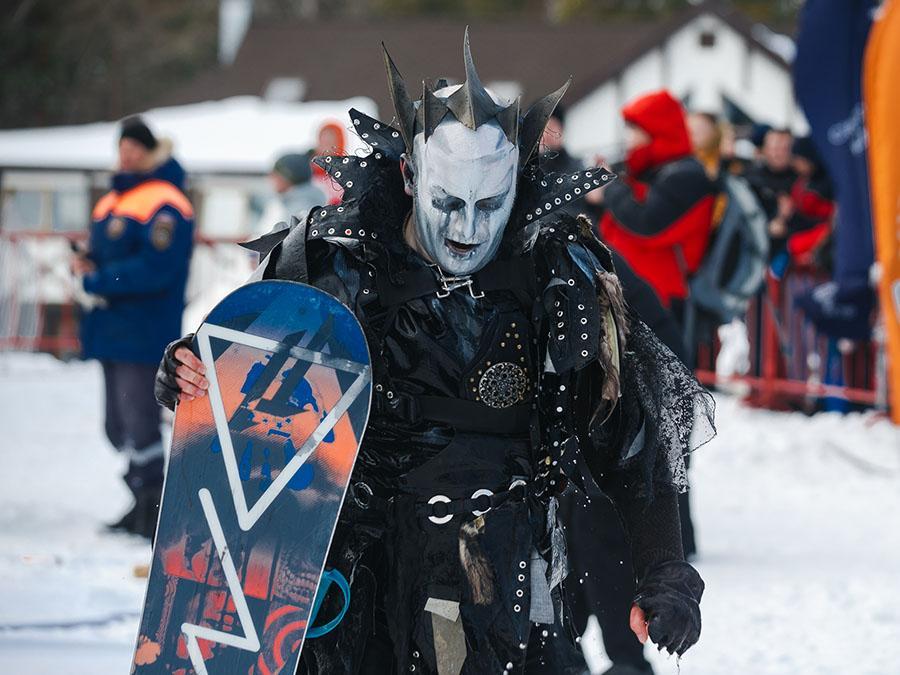 фото Лыжники и сноубордисты закрыли сезон – с горы в бассейн упало около сотни человек в карнавальных костюмах 37