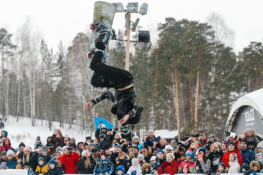 фото Лыжники и сноубордисты закрыли сезон – с горы в бассейн упало около сотни человек в карнавальных костюмах 38