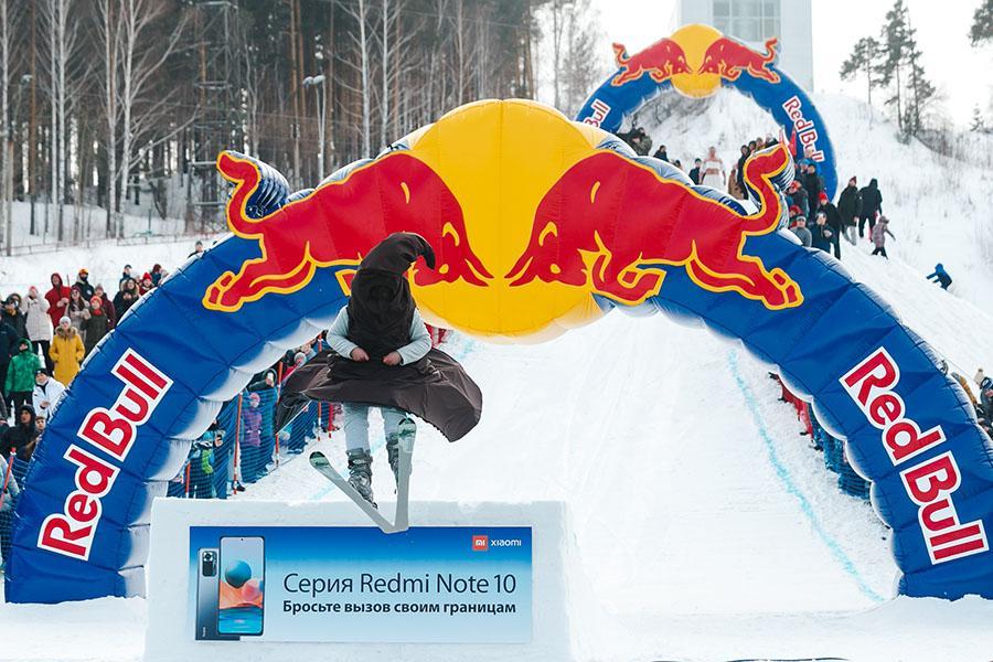 фото Лыжники и сноубордисты закрыли сезон – с горы в бассейн упало около сотни человек в карнавальных костюмах 39