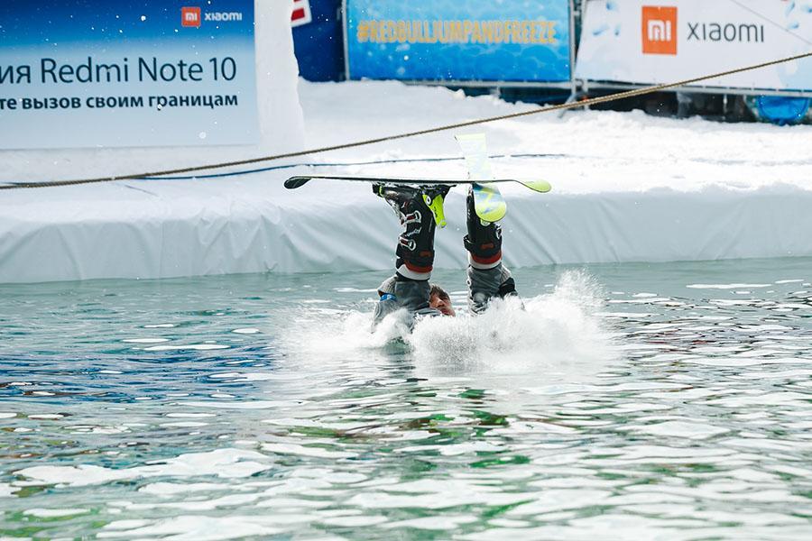 фото Лыжники и сноубордисты закрыли сезон – с горы в бассейн упало около сотни человек в карнавальных костюмах 43