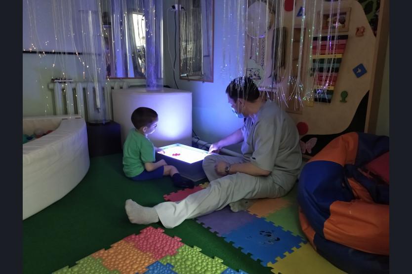 фото «В голове лопнул шунт, который идёт в животик»: мама 5-летнего мальчика из Новосибирска рассказала, как её сын полюбил реабилитологов в Кольцово 3