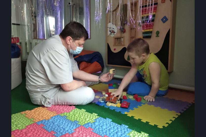 фото «В голове лопнул шунт, который идёт в животик»: мама 5-летнего мальчика из Новосибирска рассказала, как её сын полюбил реабилитологов в Кольцово 4