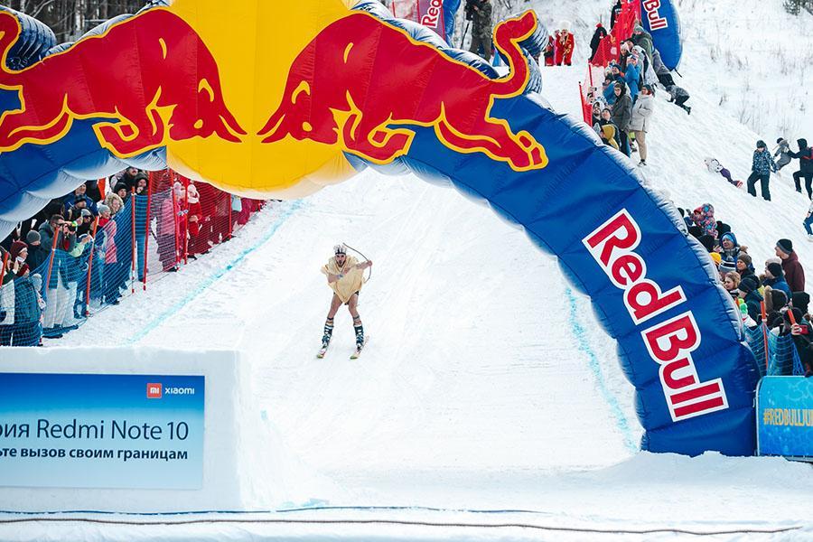 фото Лыжники и сноубордисты закрыли сезон – с горы в бассейн упало около сотни человек в карнавальных костюмах 40