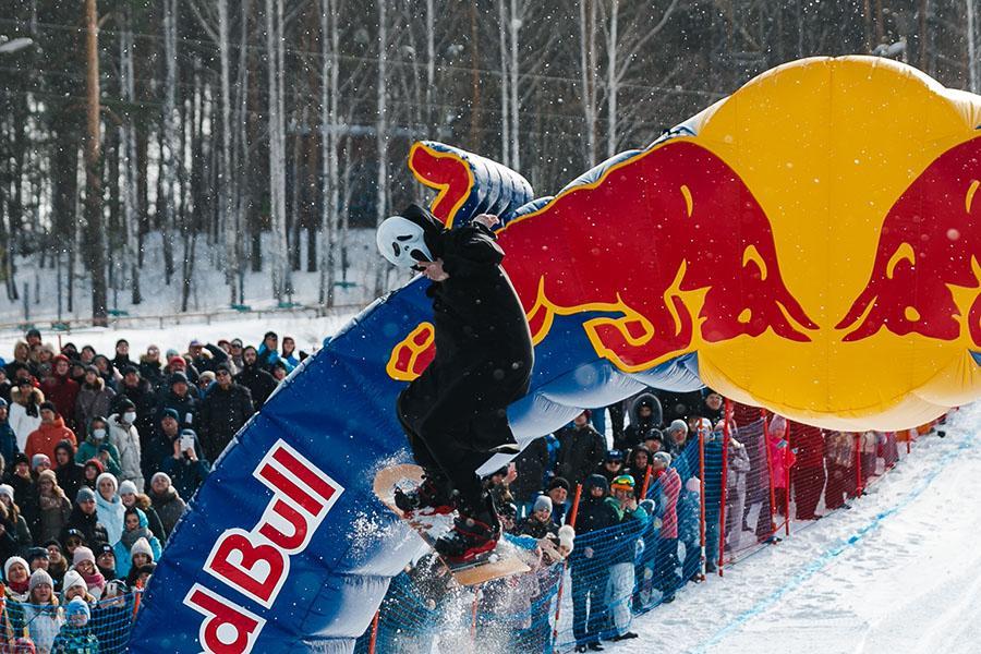 фото Лыжники и сноубордисты закрыли сезон – с горы в бассейн упало около сотни человек в карнавальных костюмах 41