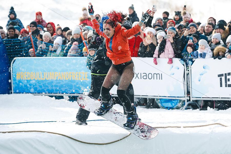 фото Лыжники и сноубордисты закрыли сезон – с горы в бассейн упало около сотни человек в карнавальных костюмах 44