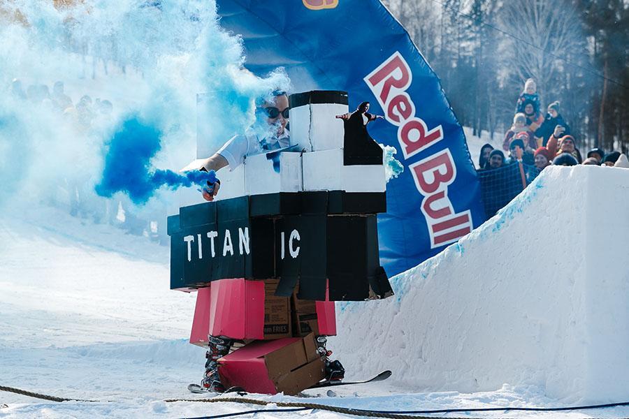 фото Лыжники и сноубордисты закрыли сезон – с горы в бассейн упало около сотни человек в карнавальных костюмах 45
