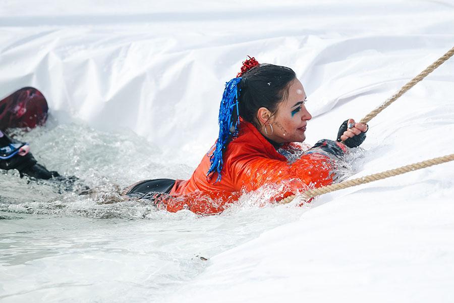 фото Лыжники и сноубордисты закрыли сезон – с горы в бассейн упало около сотни человек в карнавальных костюмах 47