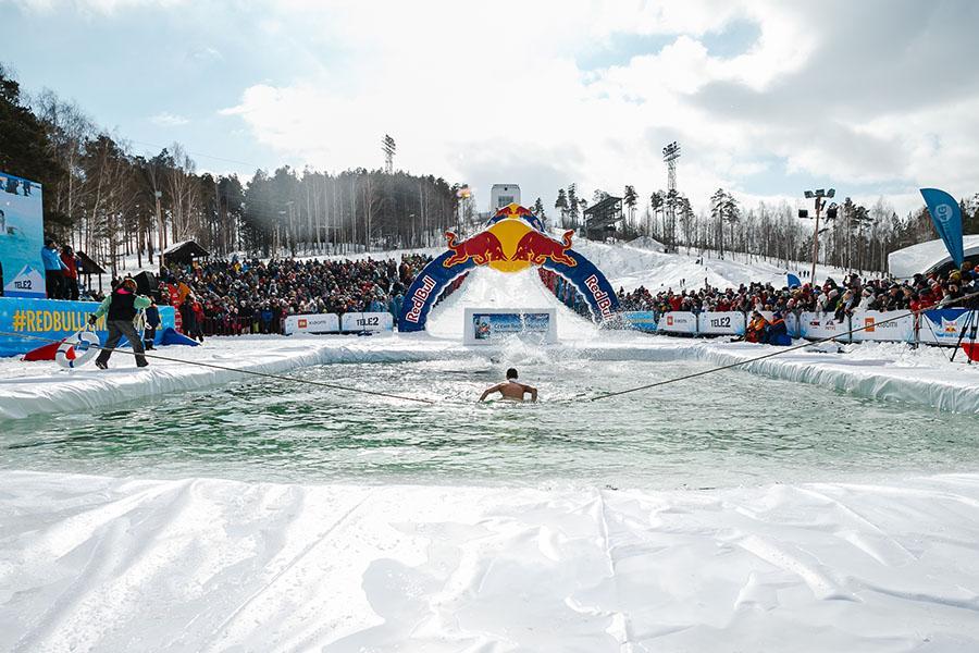 фото Лыжники и сноубордисты закрыли сезон – с горы в бассейн упало около сотни человек в карнавальных костюмах 49
