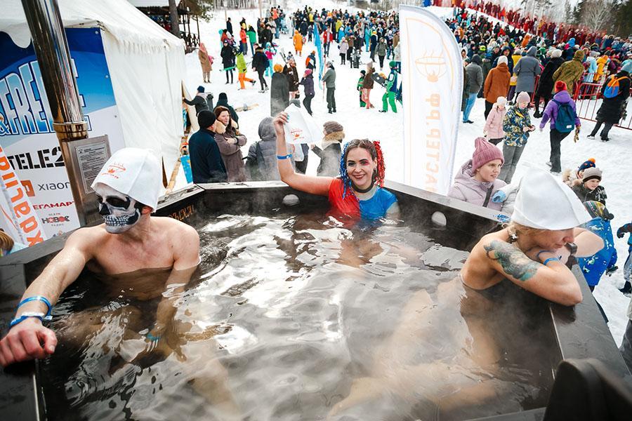 фото Лыжники и сноубордисты закрыли сезон – с горы в бассейн упало около сотни человек в карнавальных костюмах 48