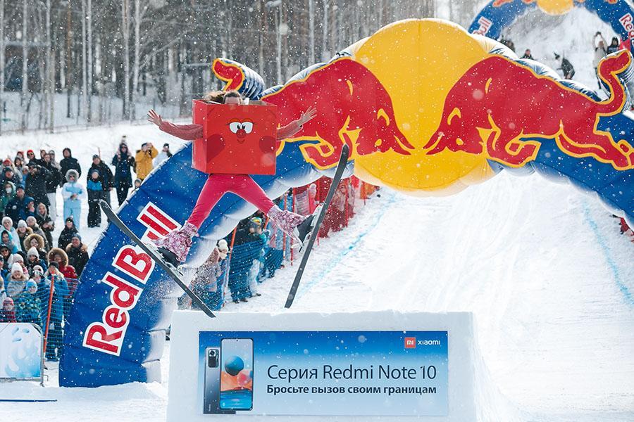 фото Лыжники и сноубордисты закрыли сезон – с горы в бассейн упало около сотни человек в карнавальных костюмах 2