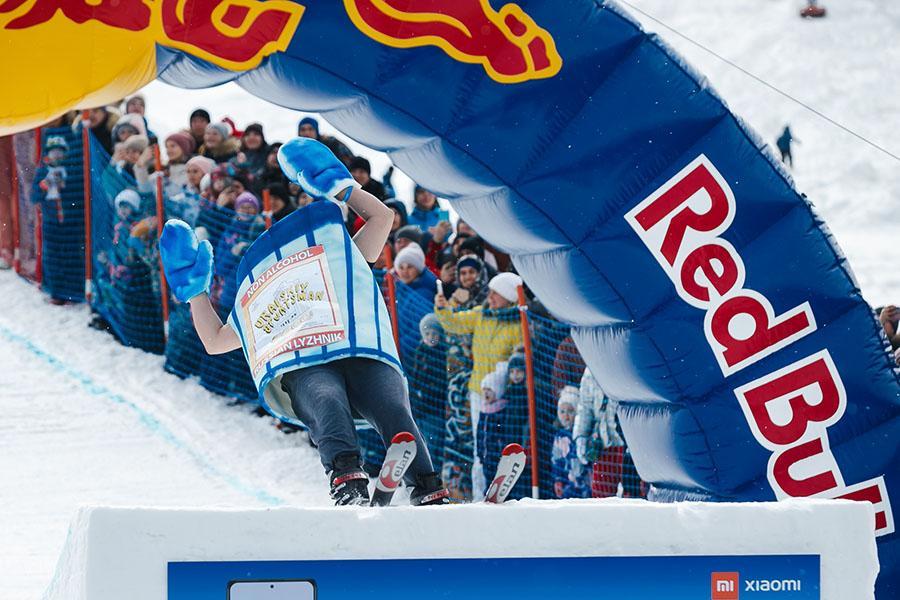 фото Лыжники и сноубордисты закрыли сезон – с горы в бассейн упало около сотни человек в карнавальных костюмах 50