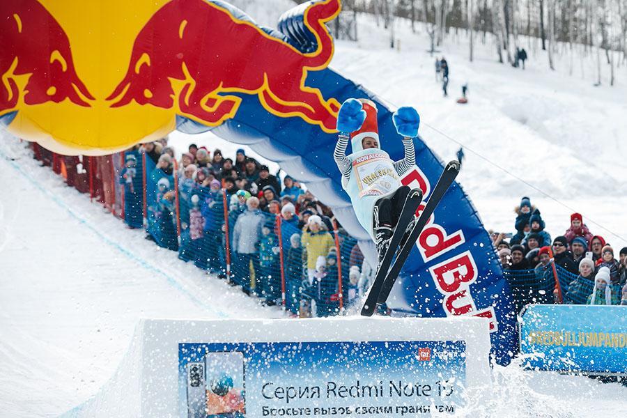фото Лыжники и сноубордисты закрыли сезон – с горы в бассейн упало около сотни человек в карнавальных костюмах 51
