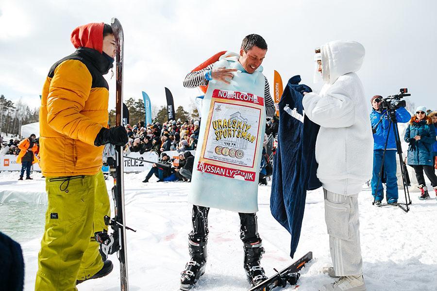 фото Лыжники и сноубордисты закрыли сезон – с горы в бассейн упало около сотни человек в карнавальных костюмах 52