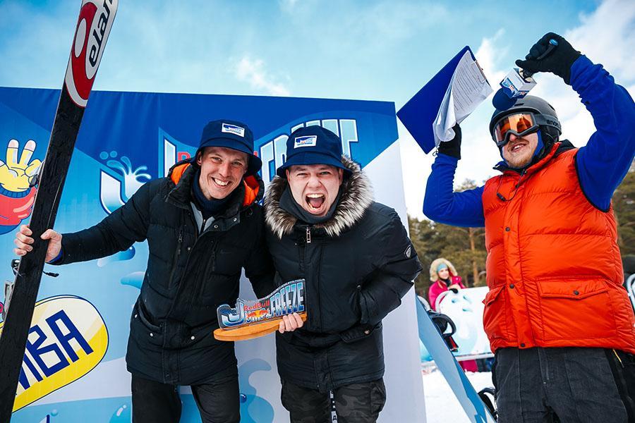 фото Лыжники и сноубордисты закрыли сезон – с горы в бассейн упало около сотни человек в карнавальных костюмах 53