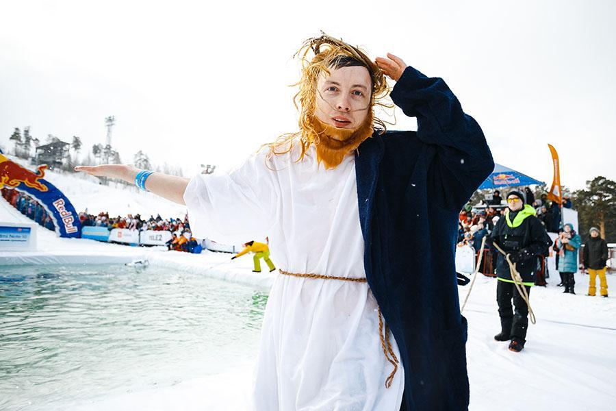 фото Лыжники и сноубордисты закрыли сезон – с горы в бассейн упало около сотни человек в карнавальных костюмах 54