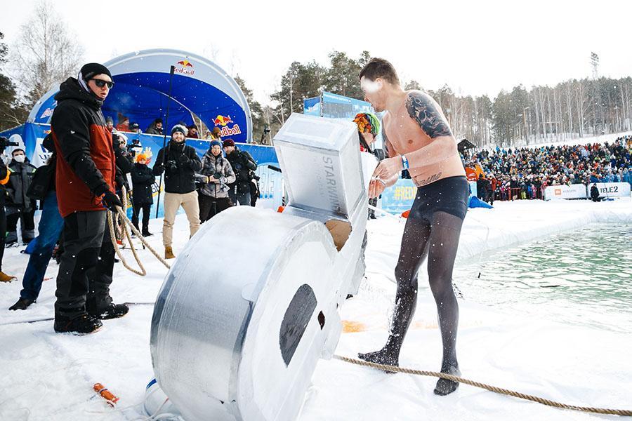 фото Лыжники и сноубордисты закрыли сезон – с горы в бассейн упало около сотни человек в карнавальных костюмах 55