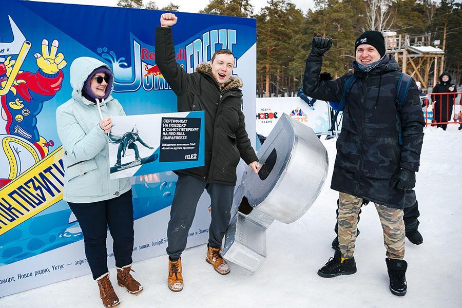 фото Лыжники и сноубордисты закрыли сезон – с горы в бассейн упало около сотни человек в карнавальных костюмах 56