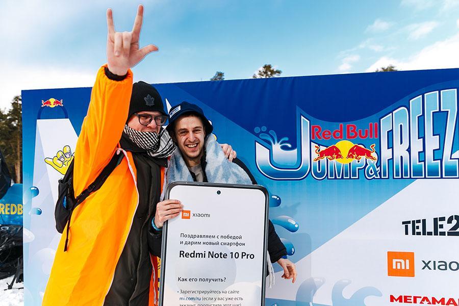 фото Лыжники и сноубордисты закрыли сезон – с горы в бассейн упало около сотни человек в карнавальных костюмах 57