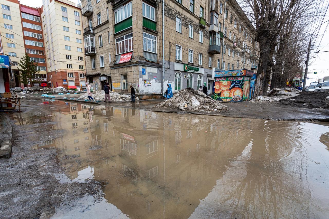Фото Утекай: долгожданная весна превратила Новосибирск в город огромных луж 15