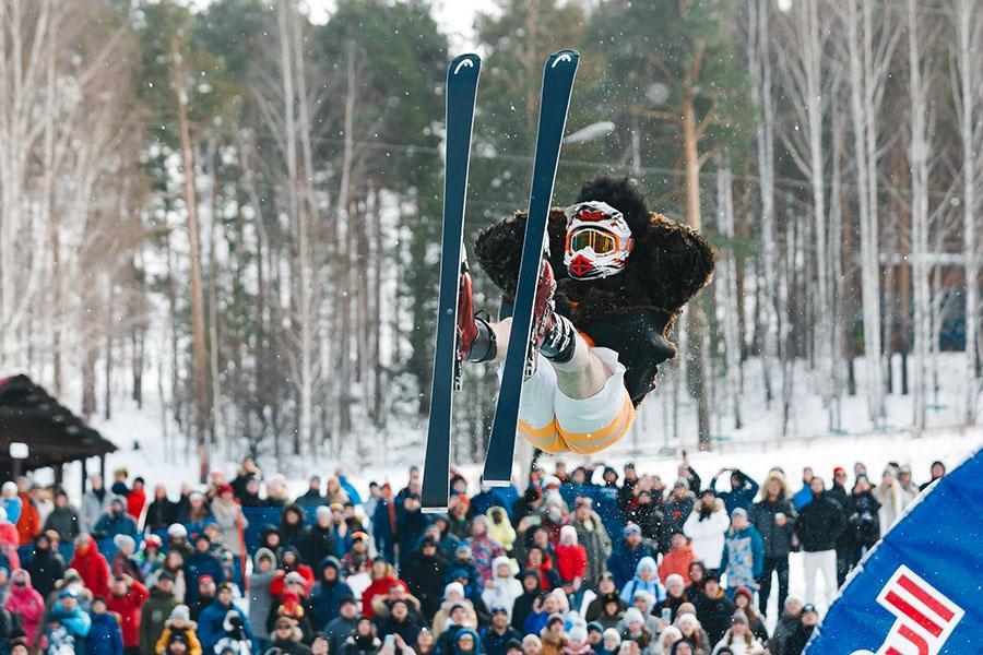 фото Лыжники и сноубордисты закрыли сезон – с горы в бассейн упало около сотни человек в карнавальных костюмах 3