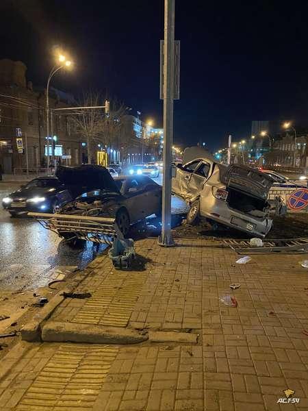 фото Иномарки разбили аллею на Красном проспекте в ночной аварии в Новосибирске 2