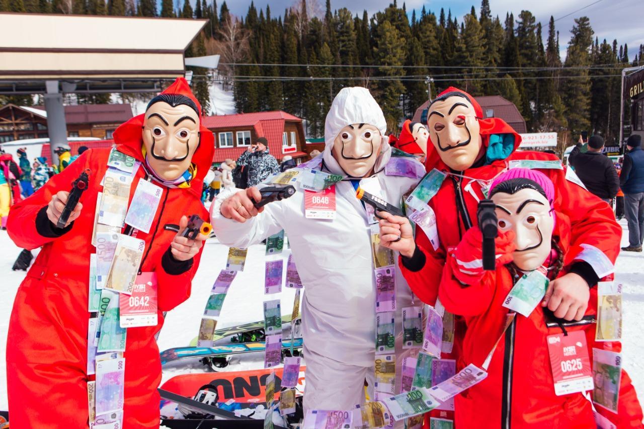 Фото Лыжницы в чулках и с наручниками спустились со снежного склона на фестивале Grelkafest в Шерегеше 3