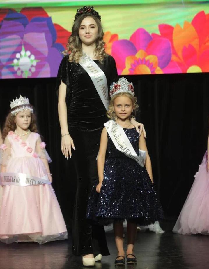фото «Пришлось пропускать детский сад»: как 6-летняя девочка из Кузбасса завоевала титул «Маленькая Мисс России-2021» 2