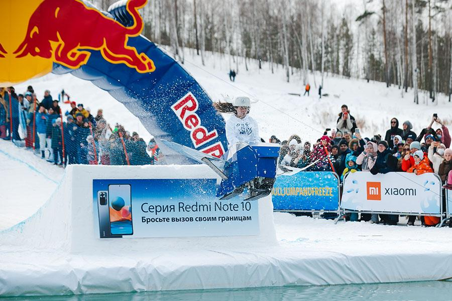 фото Лыжники и сноубордисты закрыли сезон – с горы в бассейн упало около сотни человек в карнавальных костюмах 4