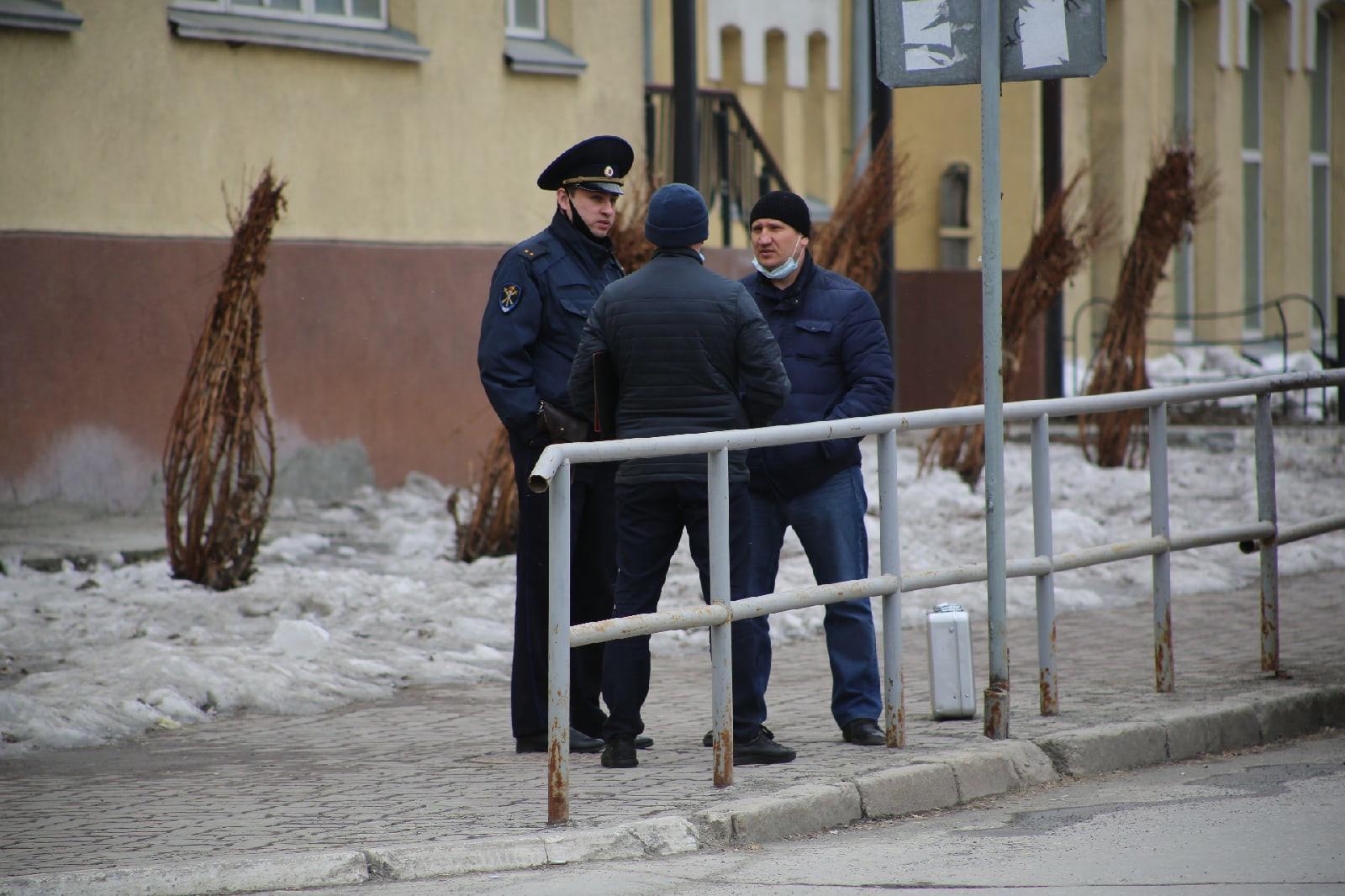 фото Учителям разрешили вернуться в школу после эвакуации в Новосибирске 6